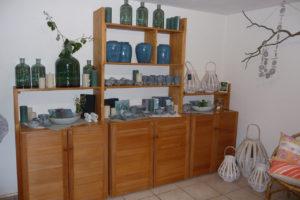 Verkaufsraum mit Vasen, Geschirr und Laternen